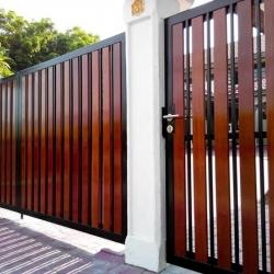 รับติดตั้งประตูรั้วเหล็กผสมไม้แดง0002