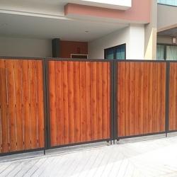 รับติดตั้งประตูรั้วเหล็กผสมอลูมิเนียมลายไม้0015