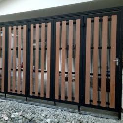 รับติดตั้งประตูรั้วเหล็กผสมไม้เทียมคอนวูด0011