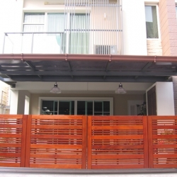 รับติดตั้งประตูรั้วเหล็กผสมไม้แดง0038