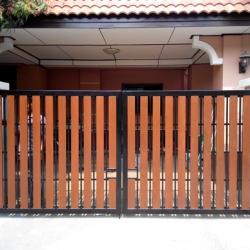รับติดตั้งประตูรั้วเหล็กผสมไม้เทียมคอนวูด0041