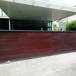 รับติดตั้งประตูรั้วเหล็กผสมไม้เทียมเฌอร่า0058
