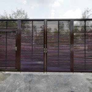 รับติดตั้งประตูรั้วเหล็กแบบบานพับ0025