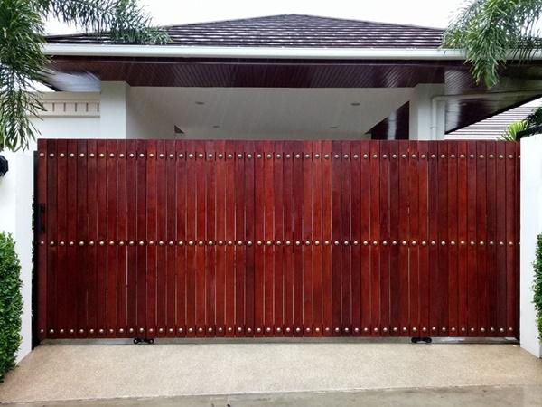รับติดตั้งประตูรั้วเหล็กผสมไม้แดง0003