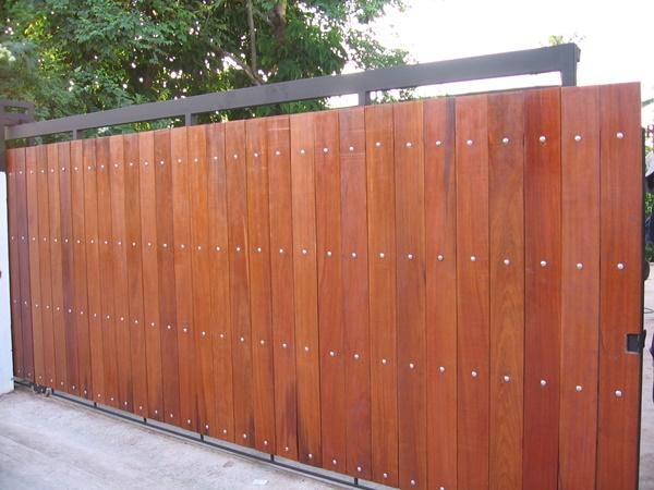 รับติดตั้งประตูรั้วเหล็กผสมไม้แดง0039