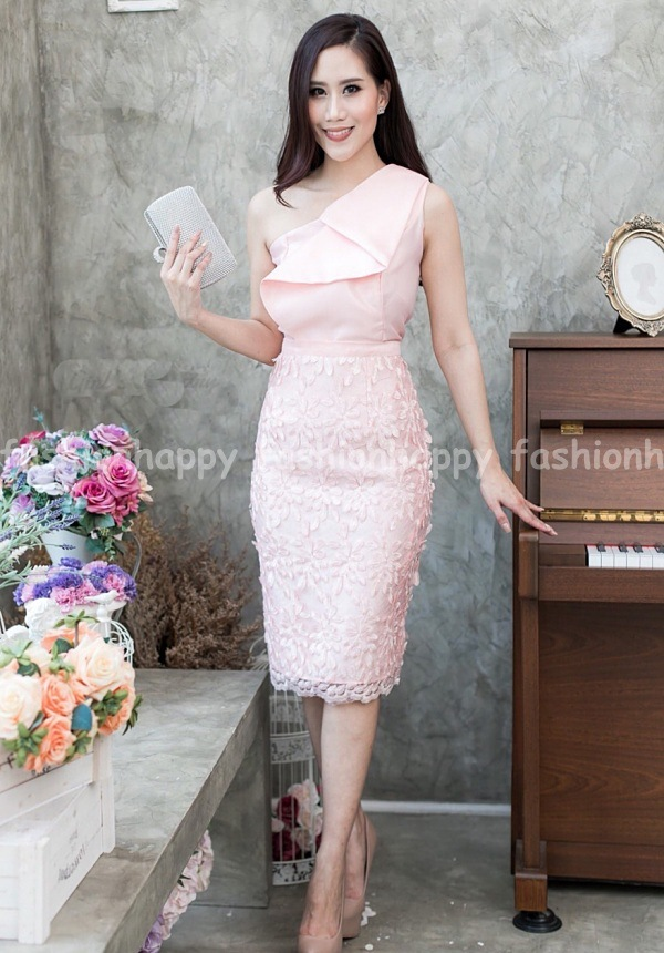 ชุดไปงานแต่งงาน ชุดไปงานแต่งสีชมพู Set เสื้อบ่าเฉียงเทลที่ตัวเสื้อแต่งระบาย ที่อกเย็บเสริมฟองน้ำดันทรงอย่างดี ด้านในชุดเย็บซับในทั้งตัว มาพร้อมกระโปรงลูกไม้ 3D