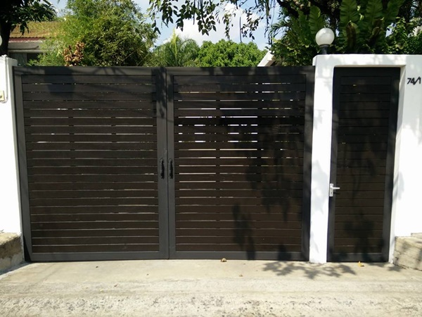 รับติดตั้งประตูรั้วเหล็กผสมไม้0076