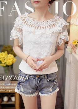 เสื้อผ้าลูกไม้สีขาว ชนิดยืดได้เนื้อนิ่ม คอเสื้อและไหล่เป็นผ้าถักโครเชต์สีขาว
