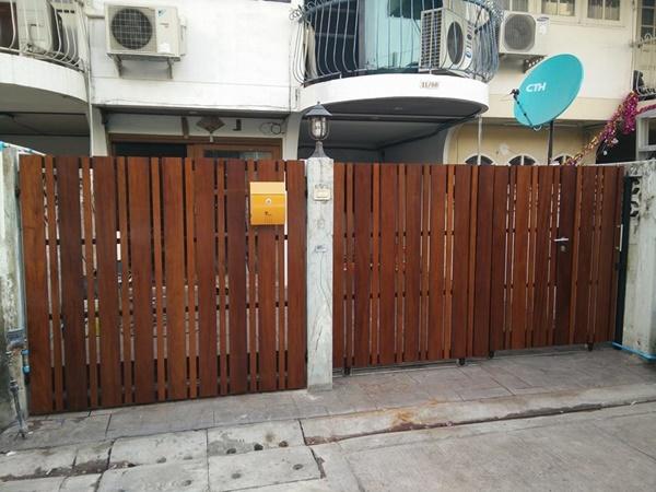 รับติดตั้งประตูรั้วเหล็กผสมไม้แดง0078