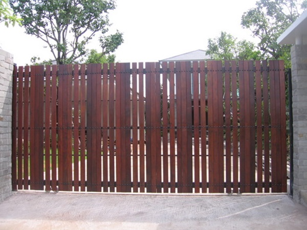 รับติดตั้งประตูรั้วเหล็กผสมไม้แดง0001