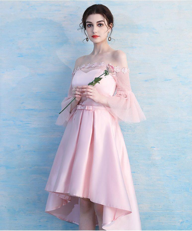 เดรสออกงานสุดหรู ผ้าซาตินเนื้อนิ่มสีชมพู เงาสวยมากๆๆ ดีไซน์เปิดไหล่ แต่งรอบไหล่ ด้วยผ้าถักดอกไม้สวยมากๆๆคะ