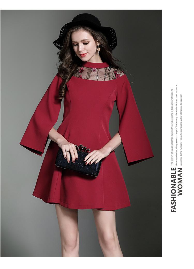 เดรสผ้าโพลีเอสเตอร์ผสมสีแดงเข้ม ช่วงไหล่เป็นผ้าซีทรูปักลายดอกไม้ แขนยาว แหวกแขนเสื้อด้านในขึ้นสูง