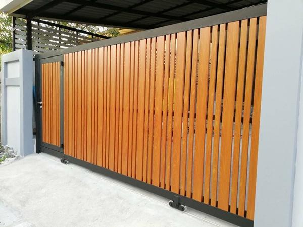 รับติดตั้งประตูรั้วเหล็กผสมอลูมิเนียมลายไม้0016