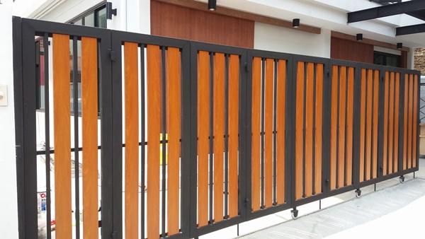 รับติดตั้งประตูรั้วเหล็กผสมอลูมิเนียมลายไม้0081