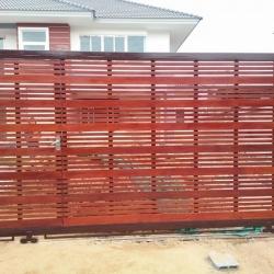 รับติดตั้งประตูรั้วเหล็กผสมไม้แดง0055