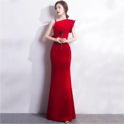 ชุดราตรียาวสีแดง ไหล่เฉียงข้างแต่งระบาย เข้ารูป ลุคเรียบหรู สวยดูดี ใส่ออกงาน ไปงานแต่งงาน