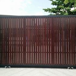 รับติดตั้งประตูรั้วเหล็กผสมอลูมิเนียมลายไม้0064