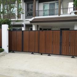 รับติดตั้งประตูรั้วเหล็กผสมอลูมิเนียมลายไม้0043