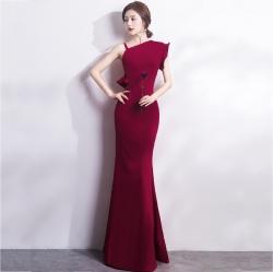 ชุดราตรียาวสีแดงเข้ม ไหล่เฉียงข้างแต่งระบาย เข้ารูป ลุคเรียบหรู สวยดูดี ใส่ออกงาน ไปงานแต่งงาน