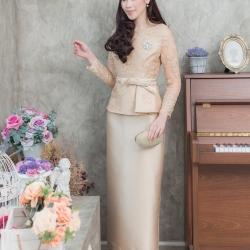 ชุดออกงานผู้ใหญ่สีทอง เซ็ทเสื้อลูกไม้ปักลายดอกไม้ ใส่คู่กับกระโปรงยาว สไตล์เรียบหรู สวยสง่า