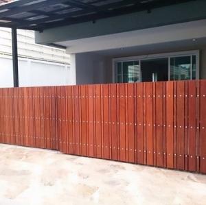รับติดตั้งประตูรั้วเหล็กผสมไม้แดง0050