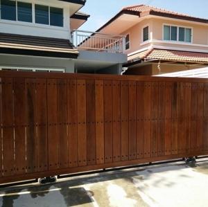 รับติดตั้งประตูรั้วเหล็กผสมไม้แดง0048