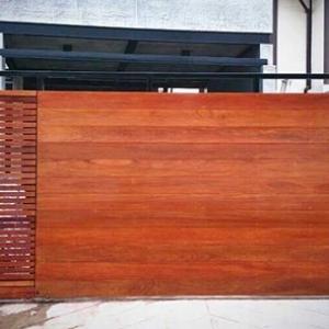 รับติดตั้งประตูรั้วเหล็กผสมไม้แดง0044