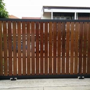รับติดตั้งประตูรั้วเหล็กผสมไม้แดง0065