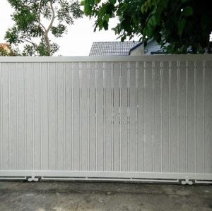 รับติดตั้งประตูรั้วเหล็กผสมอลูมิเนียมลายไม้0057